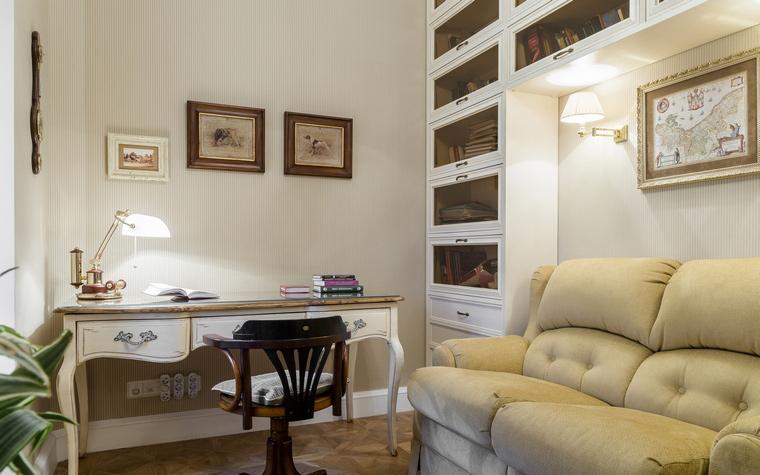<p>Автор проекта:   Уютная квартира</p> <p>Авторы современной интерьерной классики часто пользуется услугами разных французских стилей. Вот и в этом домашнем кабинете соединились фигурный стол в духе рококо, деревянные стеллажи, выкрашенные в белый цвет, как принято в стиле прованс, а также мягкая пастельная гамма в отделках и обивках.</p>