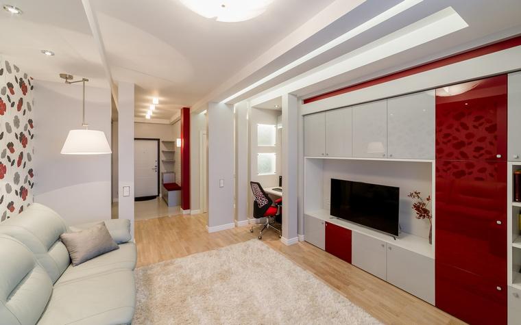 <p>Автор проекта: Уютная Квартира</p> <p>Белые и красные пилястры сделали пространство современной гостиной и прихожей более ритмичным и энергичным.</p>