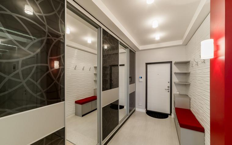 <p>Автор проекта:   Уютная квартира</p> <p>Простота, пустота, функциональность и снова - децентрированный свет - еще один вариант хай-тека.</p>