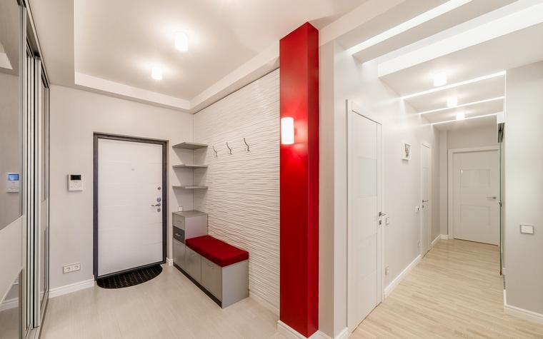 <p>Автор проекта:   Уютная квартира</p> <p>В данном случае, хорошо видно, как можно разделить на зоны прихожую, не только стенами, но и цветом.</p>