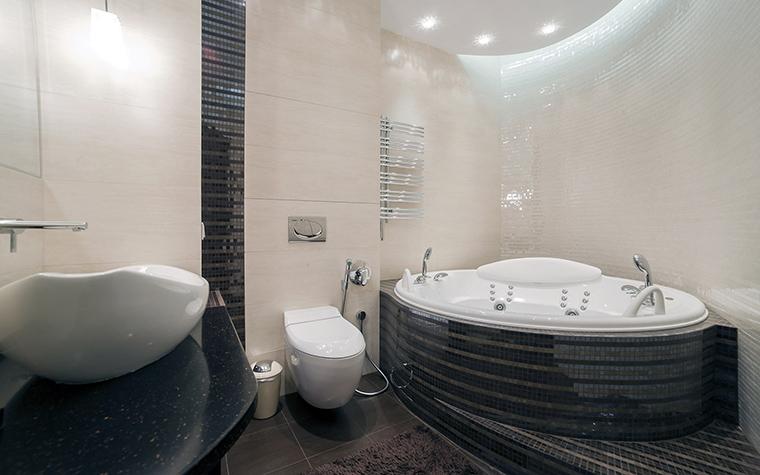 <p>Автор проекта:   Уютная квартира</p> <p>Зона ванной комнаты, где расположена полукруглая джакузи, освещена двумя способами: встроенными точечными светильниками, идущими по краю навесного потолка и скрытой закарнизной подсветкой, подчеркивающими эффектный полукруг.&nbsp;</p>