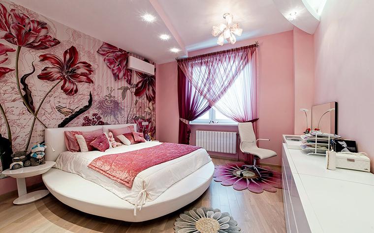 <p>Автор проекта:   Уютная квартира</p> <p>Детская от Натальи Преображенской получилась очень модной. Сильно увеличенные фрагменты цветов, тычинок-пестиков нынче в тренде!</p>