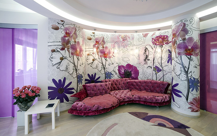 <p>Автор проекта: Уютная квартира</p> <p>В полукруглую нишу с крупными цветочными росписями отлично вписался фигурный диван с мягкой стеганой обивкой цвета фуксии и прелой вишни - современный вариант стиля модерн!&nbsp;</p>