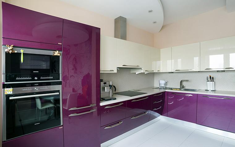 <p>Автор проекта:   Уютная квартира</p> <p>В оформлении кухни дизайнеры сконцентрировались на двух красках - темно-лиловой и белой. Именно в этом сочетании были подобраны все финиши современной кухни. Глянцевые поверхности кухонных шкафов дополнил металлический блеск техники и аксессуаров. </p>