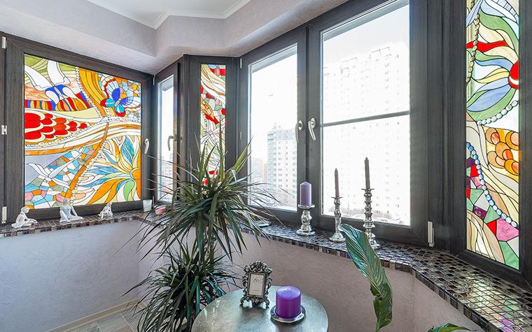 <p>Автор проекта:   Уютная квартира</p> <p>Расписные окна лоджии имитируют драгоценные витражи и наполняют пространство яркими красками и разноцветным светом.</p>