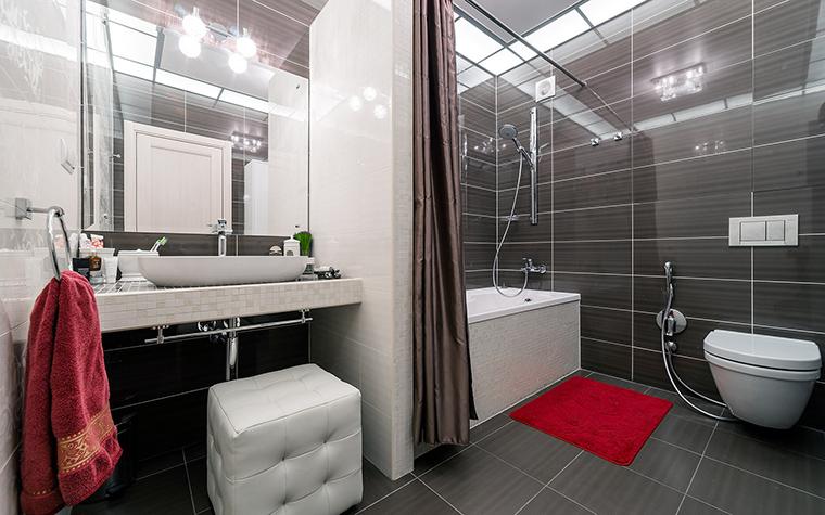 <p>Автор проекта:   Уютная квартира</p> <p>Если в предыдущем варианте при зонировании использовались прозрачные стеклянные перегородки, то здесь - штора из полиэстра.</p>