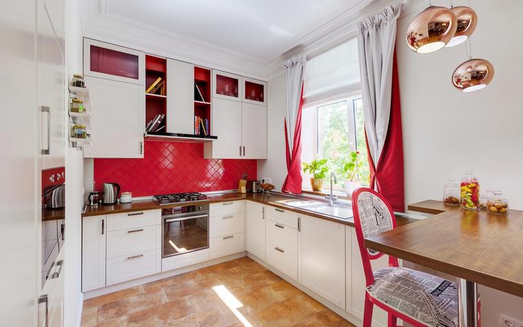 <p>Автор проекта:   U-Style</p> <p>Белая кухня с ярко-красными деталями скорее характеризует скандинавский стиль. Однако, есть здесь и английский вкус. Например, лампы- золотые шары от знаменитого британского дизайнера - классика Tom Dixon. &nbsp; </p>