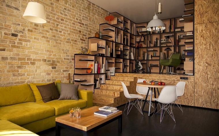 <p>Автор проекта: Алексей Быков</p> <p>Небольшая лестница, отделанная модным материалом - текстурной фанерой, соединяет гостиную с библиотекой, расположенной на подиуме. </p>