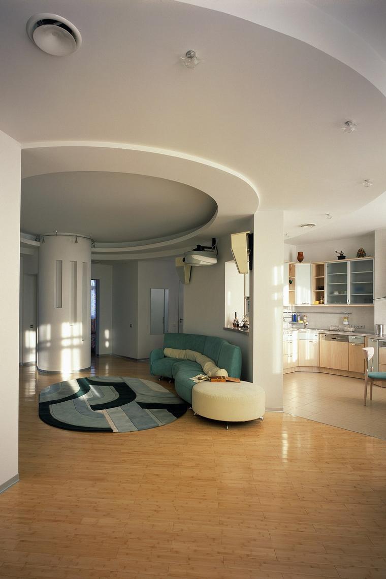 <p>Автор проекта:   МебиусФотограф: Князев Алексей</p> <p>Все элементы круглой гостиной поддерживают эту форму: от дивана и ковра до полуколонны со световыми вставками.</p>
