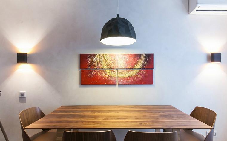 <p>Автор проекта: Павел Исаев</p> <p>Главное украшение минималистичной кухни - красивые деревянные текстуры, дизайнерские светильники и авторское искусство. Этот эффектный кадр - яркое тому подтверждение!</p>