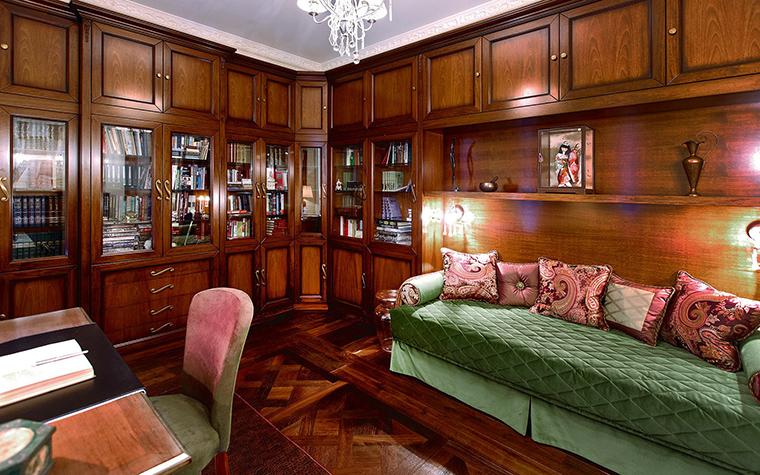 <p>Автор проекта: Ольга Валле</p> <p>Все стены кабинета оборудованы книжными шкафами и полками, которые выглядят как классические деревянные панели. По цвету и фактуре настенное дерево перекликается с наборным паркетом и создает с ним как бы единую композицию. Оригинально!</p> <p>&nbsp;</p>