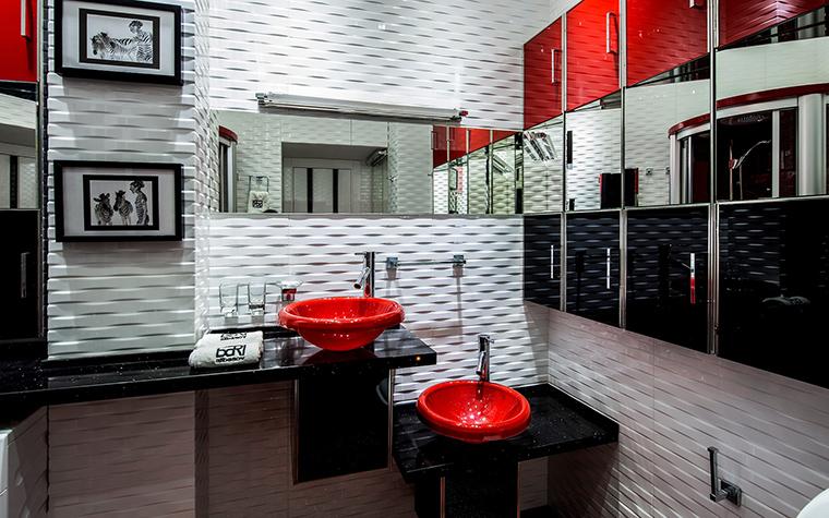 <p>Автор проекта: Елена Крылова</p> <p>Микс черного-красного-белого&nbsp; смотрится очень авангардно.</p>