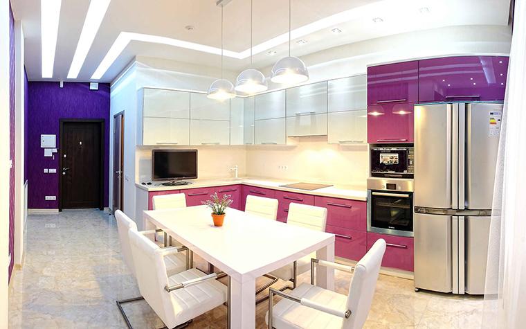 <p>Автор проекта:   Interior Design Ideas</p> <p>Открытая кухня, соединенная с зоной столовой, оформлена в современном стиле и в ярком цветовом сочетании белого и интенсивно пурпурного. Этот модный цвет фуксии или мадженто - стал ярким цветовым акцентом интерьера. Чтобы поддержать пурпурный интенсив кухни дизайнеры сделали стену холла ярко фиолетовой.</p>