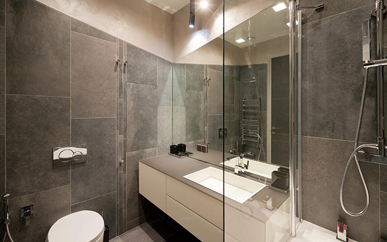<p>Автор проекта: Ольга Хованская</p> <p>Разделение на зоны - это один из традиционных приемов, который используется в дизайне интерьеров ванных комнат.</p>