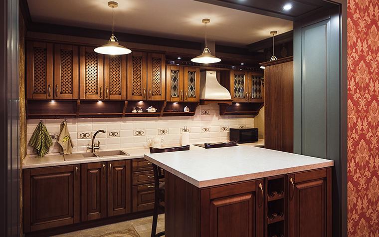 <p>Автор проекта: Евгения Млынчик</p> <p>Кухонная мебель из темного дерева с филенчатыми фасадами создает впечатление настенных деревянных панелей, особо ценимых в викторианском стиле.</p>