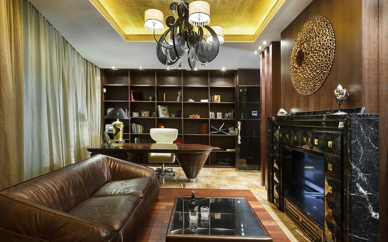 <p>Автор проекта:   Арт-стиль</p> <p>Кожаный диван и мраморный камин, дизайнерский стол и эффектные  светильники. В интерьере кабинета соединились черты дорогого модернизма,  ар-деко и современной классики.</p>