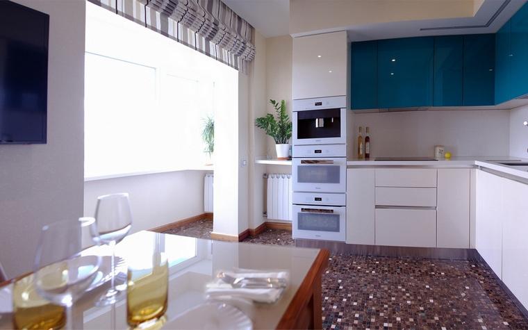 <p>Автор проекта: АвКубе</p> <p>Не слишком большая по площади кухня выдержана в едином стиле. Палитра также единая, белый преобладает.</p>