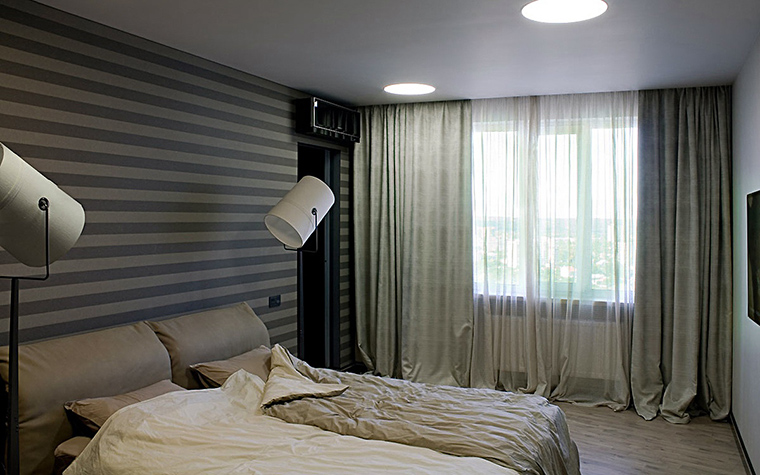 <p>Автор проекта: SBM studio SBM studio</p> <p>Дизайнерский торшер-цилиндр и верхний свет-окружность отлично зарифмованы!</p>