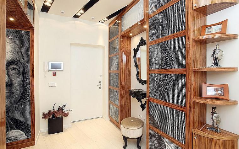 <p>Автор проекта: Vanel Group</p> <p>В интерьере холла соединились современные и классические элементы. На фоне белых стен - черная графика фигурного зеркала, консоли и пуфика. Но главная деталь интерьера - художественные принты на стенках шкафа. Прекрасные старинные лица внимательно наблюдают за посетителями холла. Культурно и модно!&nbsp;</p>