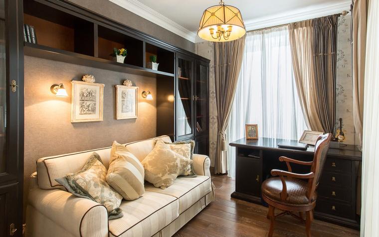 <p>Автор проекта: Любовь Пискунова</p> <p>Мягкий диван со множеством подушек,темное дерево в мебели и отделках, мягкий уютный свет - чем не старая-добрая английская классика?!</p>