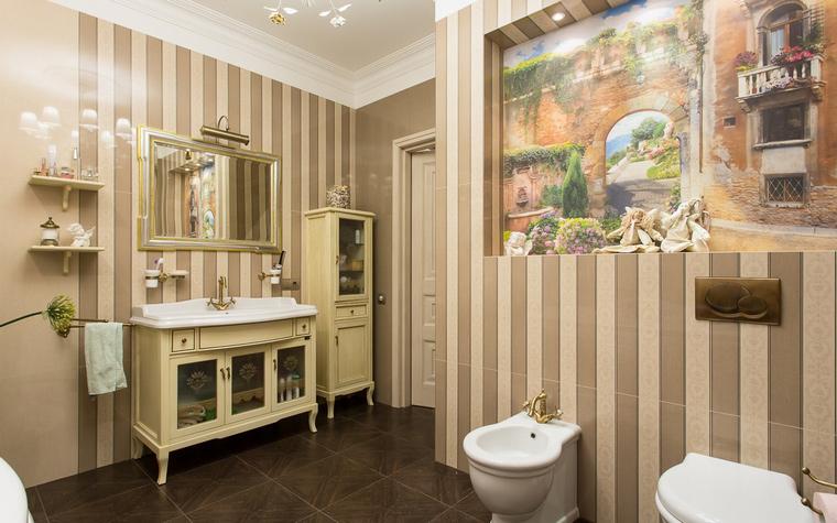 <p>Автор проекта: Любовь Пискунова</p> <p>Просторная ванная комната оформлена в стиле современной классики и в теплой цветовой гамме. Стены имеют два вида декора - серо-розовая покраска и полосатые обои в тех же тонах. А одну из стен авторы проекта украсили живописной обманкой с изображением городского пейзажа. Специально для картины сделали нишу в стене, оборудованную подсветкой, что усиливает эффект вида из окна.</p>