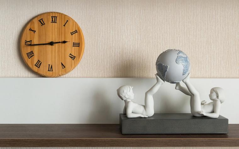 <p>Автор проекта:   JOHNSON DESIGN STUDIO</p> <p>Оригинальные настенные часы и современная мелкая пластика, обыгрывающая советские фарфоровые статуэтки. С помощью таких интерьерных аксессуаров можно создавать интересные композиции. &nbsp;</p>