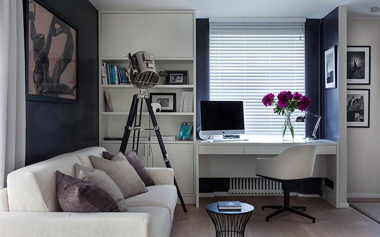 <p>Автор проекта: Дина Салахова</p> <p>Мини-кабинет стал частью открытой гостиной. Он зонирован с помощью небольшой перегородки.&nbsp; Рабочее место организовали рядом с окном и по соседству с небольшим стеллажом, подоконник превратили в удобный стол.</p>