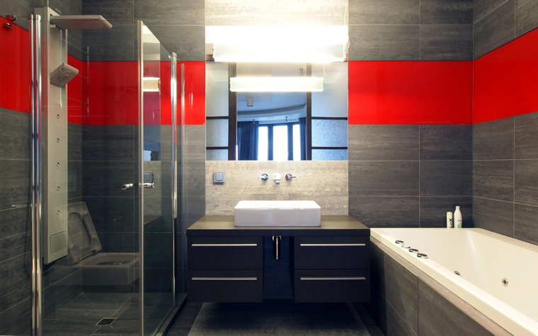 <p>Автор проекта: Михаил Новинский</p> <p>Алая полоса по периметру ванной комнаты делает ее интерьер более сочным, живым.</p>