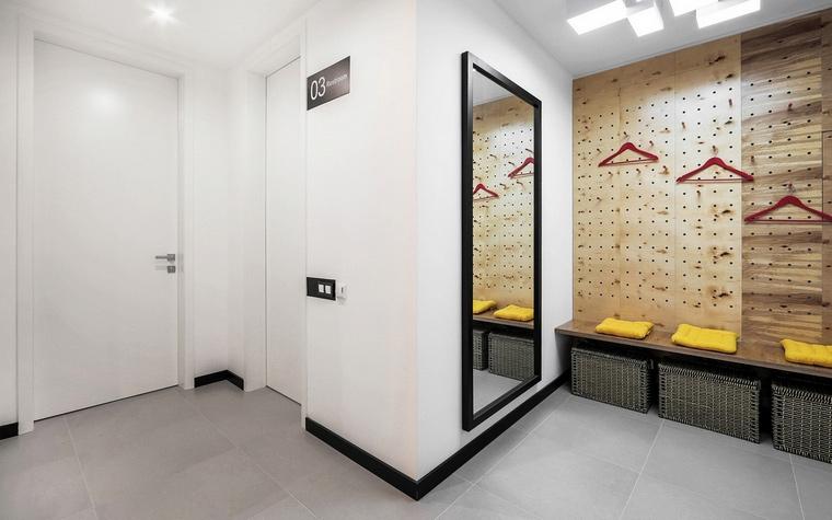 <p>Автор проекта:   Bohostudio</p> <p>Белый минимализм просторной прихожей авторы проекта разбавили авторским дизайном: оригинальной настенной вешалкой, скамейкой с подушками и плетеными коробками.&nbsp;</p>
