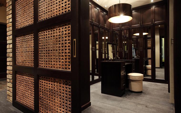 <p>Автор проекта: Руслан Айдаров</p> <p>Гардеробнная комната здесь - комната проходная, то есть, в нее можно попасть из разных комнат.</p>
