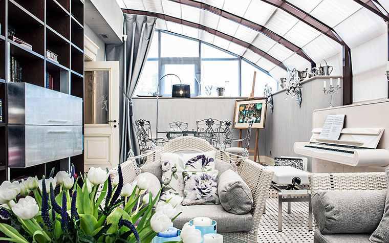 <p>Автор проекта: Доминанта</p> <p>Просторное помещение с полукруглой застекленной крышей напоминает классическую оранжерею. Пока в световом пространстве организован многофункциональный интерьер, включающий гостиную с мягкой мебелью, столовую зону и даже музыкальный салон с пианино. Зеленого сада пока тут нет, его заменяют красивые букеты. Но совершенно точно, когда живые растения появятся, им здесь будет очень хорошо.</p>
