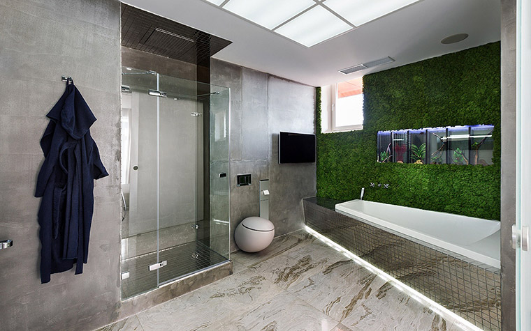 <p>Автор проекта: Елена Самарина</p> <p>В оформлении ванной комнаты использованы дорогие материалы и модные отделки. Серый мрамор, зеркальная плитка, матовое стекло и хромированные детали. А стена, вдоль которой расположена ванна, оформлена с помощью вертикального озеленения. Очень эффектно! </p>