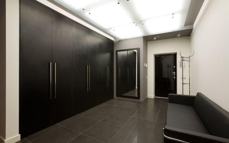 <p>Автор проекта:   Gallery63</p> <p>Черно-белый монохром - один из признаков интерьерного минимализма.</p>