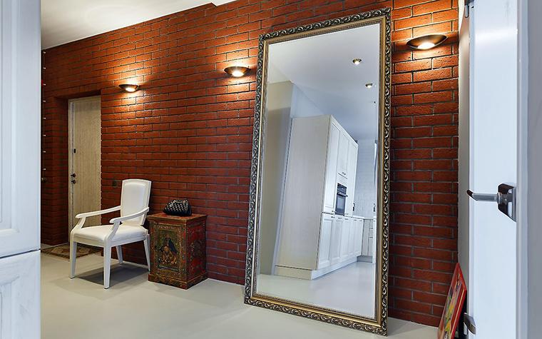 <p>Автор проекта: Ирина Шахова &nbsp;Фотограф: Иван Сорокин</p> <p>Стена прихожей декорирована под красно-кирпичную кладку. В большом напольном зеркале отражается белая кухня, что сигнализирует, что мы находимся в открытом лофте. &nbsp;</p>