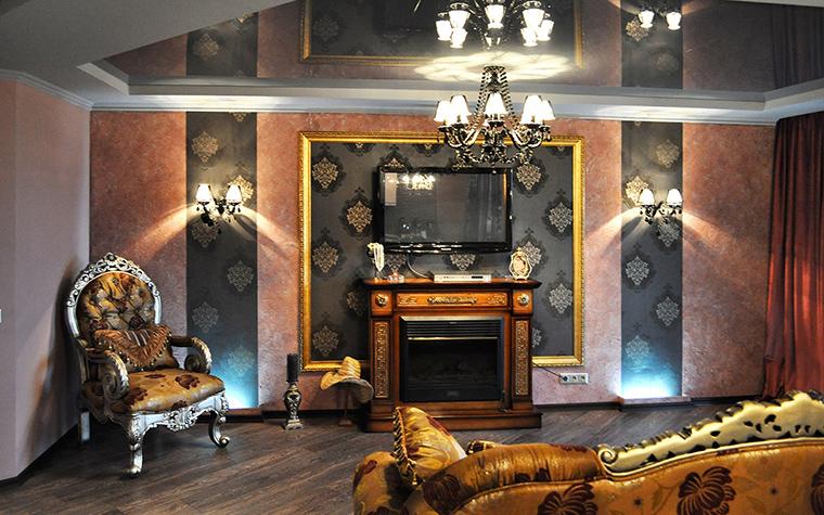 <p>Автор проекта: Студия tutto design</p> <p>Золоченые детали мягкой мебели и камина, а также обивки и настенный багет наполняют темный интерьер гостиной волшебным мерцанием золота.</p>