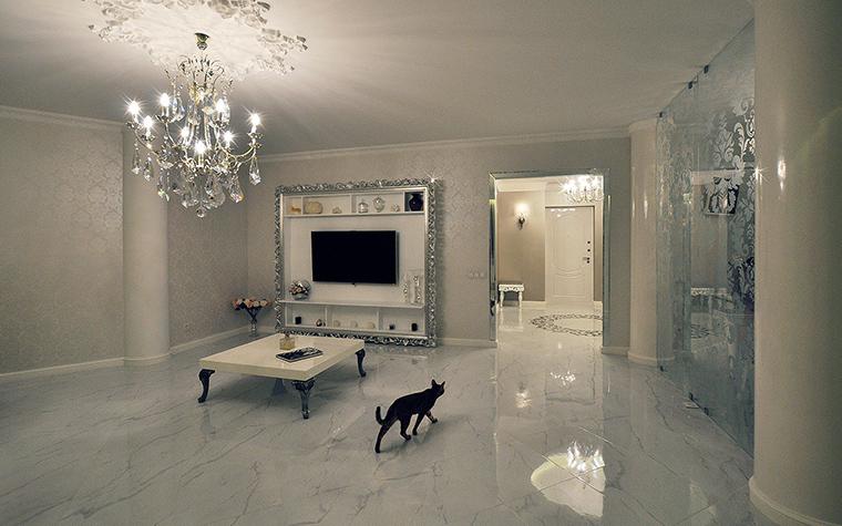 <p>Автор проекта: Студия tutto design</p> <p>Большая потолочная люстра стала главной доминантой белой гостиной.</p>