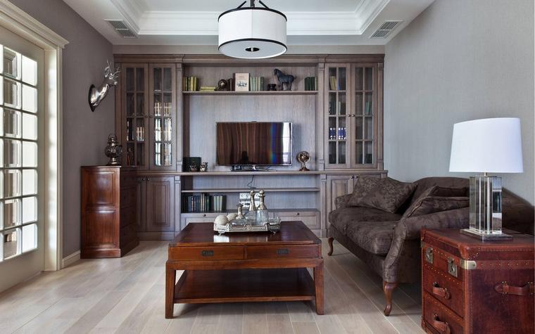 <p>Автор проекта: NM-ARCH&nbsp; Фотограф: Кирилл Овчинников</p> <p>Белая люстра &quot;барабан&quot; отметила центр гостиной, оформленной в стиле современной классики. </p>