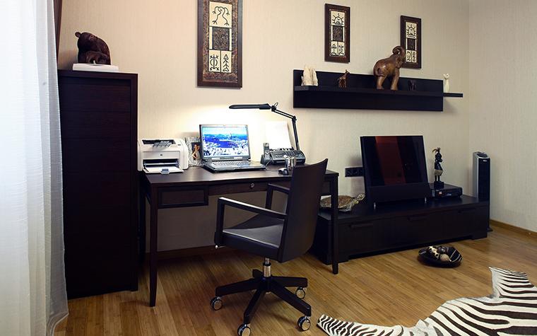 <p>Автор проекта: Елена Остапова</p> <p>Домашний кабинет оборудован мебелью в темных тонах, настольным светом и разнообразной техникой. &nbsp;Строгую обстановку разбавил декор. На деревянном полу эффектно смотрится полосатый ковер из шкуры зебры.</p>