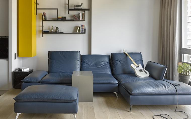 <p>Автор проекта: Мастерская Марии Рожниковой</p> <p>Модульный диван-трансформер из синей кожи организовал зону релакса в современной гостиной.&nbsp;</p>