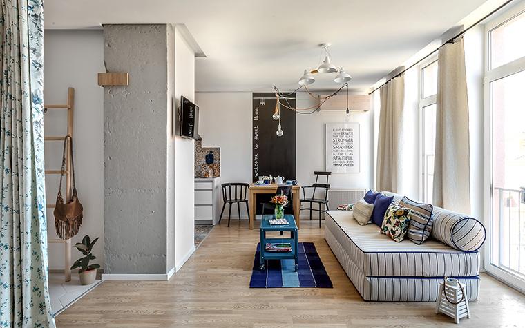 <p>Автор проекта: Ирина Сазонова</p> <p>Дизайнерский диван со спинкой-валиком и полосатой обивкой включен в графическую игру всех элементов этой прекрасной, мастерски оформленной гостиной.&nbsp;</p>