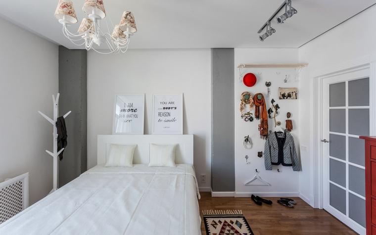 <p>Автор проекта: Ирина Сазонова</p> <p>Белоснежная кровать на фоне белой стены плюс серия оригинальных дизайнерских вешалок - отличная интерьерная работа! </p>