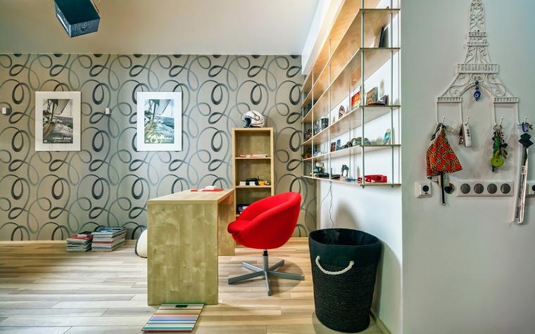 <p>Автор проекта: Ирина Сазонова</p> <p>Легкий, жизнерадостный интерьер кабинета с точки зрения фэн-шуй имеет плюсы и минусы. Здесь много натурального дерева&nbsp; - это хорошо, а вот стопки книг на полу - не порядок! </p>