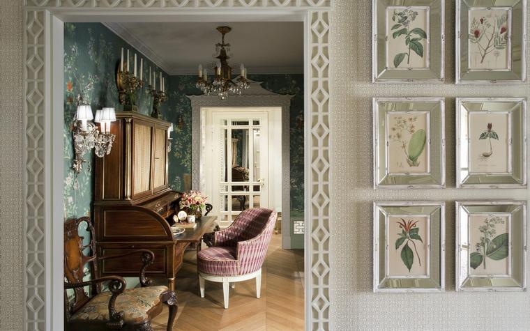<p>Автор проекта: Кирилл Истомин</p> <p>В интерьерах Кирилла Истомина всегда много изысканного декора. В этом холле белые стены украшены мелкоформатными картинками с ботаническими рисунками. Главное здесь шпалерная развеска, которая превращает отдельные картинки в большое художественное панно. Изящно и модно!</p>