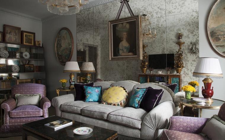 <p>Автор проекта: Кирилл Истомин</p> <p>Отличная идея расположить диван на фоне зеркальной панели. Создается иллюзия, что за диваном громадное пространство, и вы можете легко проникнуть в зазеркалье.&nbsp;</p>