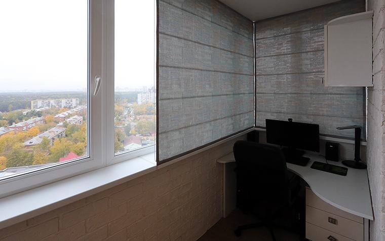 """<p>Автор проекта: дизайн-студия """"Уютная Квартира""""</p> <p>Мини-кабинет оборудован на просторной лоджии. Там есть все, что нужно для работы и творчества: стол с креслом, настольная лампа, римские шторы от солнца и отличный вид из панорамных окон.</p>"""