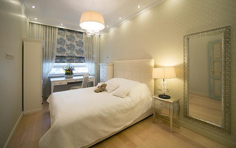 <p>Автор проекта: дизайн-студия &quot;Уютная Квартира&quot;</p> <p>Большая белая кровать с высокой спинкой из капитонированной кожи на фоне белой стены и пола из светлого дерева - очень скандинавская история! </p>