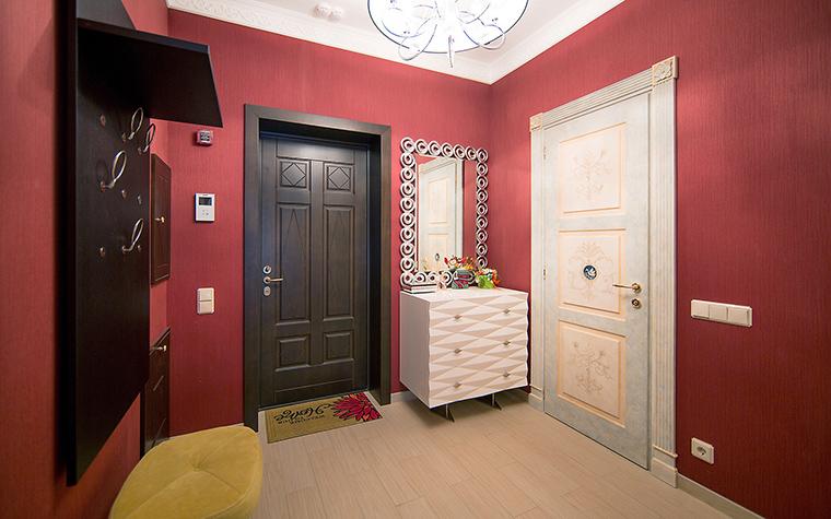 <p>Автор проекта: дизайн-студия &quot;Уютная Квартира&quot;&nbsp;</p> <p>Брусничный цвет стен прихожей стал хорошим фоном для <a href=