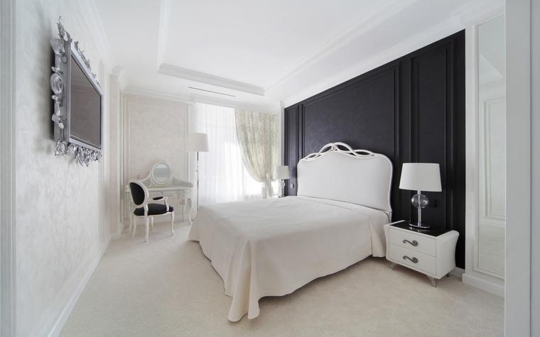 <p>Автор проекта: Градиз</p> <p>Большая кровать с высокой фигурной спинкой выставлена на фоне черной настенной панели. Этот ч/б контраст вносит в интерьер ноту драматизма.</p>