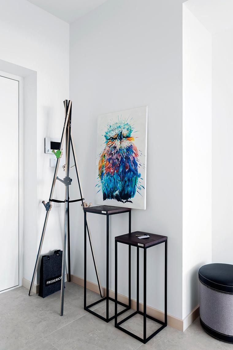 <p>Автор проекта: Елена Петреску</p> <p>Кованая напольная вешалка легко подружится не только с мебелью, но и с искусством. Она ведь сама - искусство, арт-объект, настоящий contemporary art, кто понимает.</p>