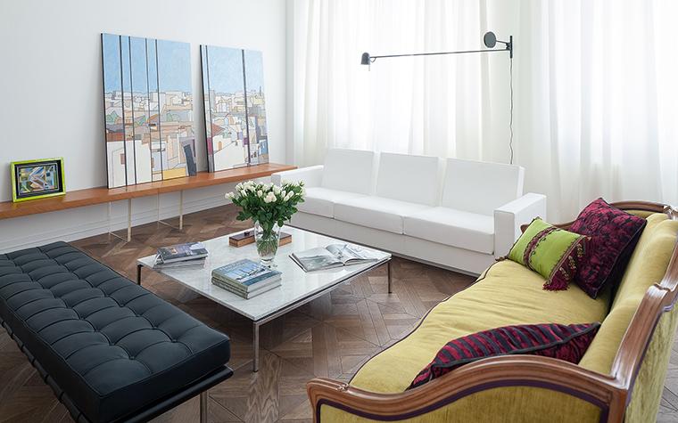 <p>Автор проекта:   Gallery 63<br /> Фотограф: Андрей Хроленок </p> <p>А в этой гостиной (см. фото) особое внимание уделено световому сценарию, за счёт которого комната становится такой воздушной и просторной.</p>